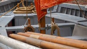 Plan rapproché de l'intérieur de bateau de rangée avec les avirons et la corde photo libre de droits