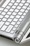 Plan rapproché de l'ordinateur portatif argenté Photographie stock libre de droits