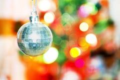 Plan rapproché de la babiole blanche pendant d'un arbre de Noël décoré Photographie stock libre de droits