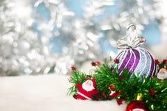 Plan rapproché de la babiole - fond blanc de modèle pendant Noël ou de nouvelles années de fond de décoration image libre de droits
