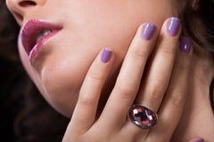 Plan rapproché de la bague à diamant de port de la main de la femme Image libre de droits