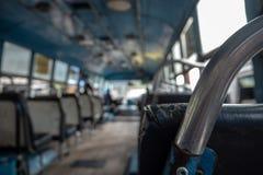 Plan rapproché de la barre de fer du siège sur le fond brouillé d'autobus photos stock
