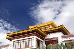 Plan rapproché de la belle conception de toit d'un monastère photographie stock