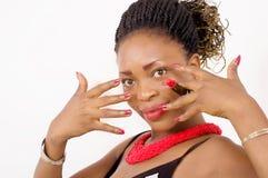 Plan rapproché de la belle femme d'Afro-américain montrant ses clous va Photographie stock
