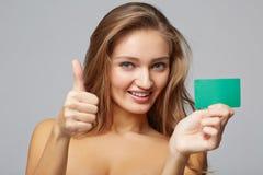 Plan rapproché de la belle femme de sourire d'affaires montrant la carte de crédit Image stock