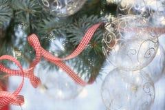 Plan rapproché de la bille en verre de Noël Image stock