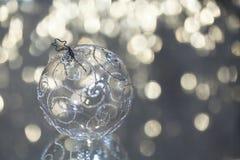 Plan rapproché de la bille en verre de Noël Image libre de droits