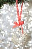 Plan rapproché de la bille en verre de Noël Photographie stock libre de droits