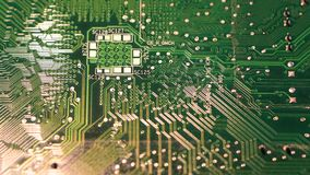 Plan rapproché de la carte électronique verte tournant sur le chariot vidéo de 4K UHD clips vidéos
