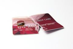 Plan rapproché de la carte de crédit rouge cassée sur le fond blanc Photo stock
