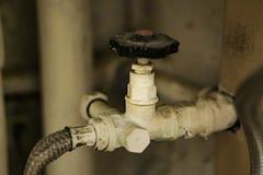 Plan rapproché de la connexion molle avec le robinet d'isolement, pour l'eau Maison P Photographie stock libre de droits
