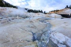 Plan rapproché de la croûte mince mais colorée au-dessus du Boiling Springs dangereux et des pots chauds de boue en parc national Photographie stock
