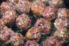 Plan rapproché de la cuisson de boulettes de viande Images libres de droits
