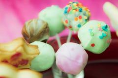 Plan rapproché de la décoration de fête d'anniversaire de sucrerie de bruit de biscuit Orientation molle Photos stock