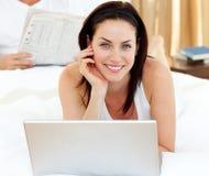 Plan rapproché de la femme à l'aide de l'ordinateur portatif Photos stock