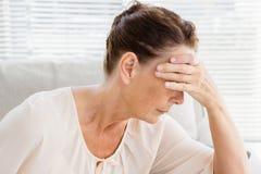 Plan rapproché de la femme mûre ayant le mal de tête Images libres de droits