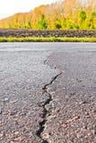 Plan rapproché de la fissure sur la route Photographie stock