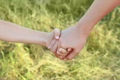 Plan rapproché de la fixation de mère et de fils pour des mains Image stock