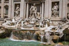 Plan rapproché de la fontaine de renommée mondiale de TREVI à Rome image stock