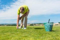 Plan rapproché de la main d'un joueur de golf masculin professionnel prenant une boule photos libres de droits