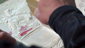Plan rapproché de la main d'une peinture de travailleur de typographie banque de vidéos