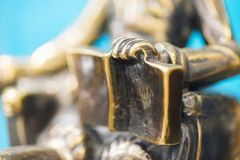 Plan rapproché de la main d'une statue en bronze tenant un livre ouvert Plan rapproché de sculpture Petite profondeur de champ photo stock