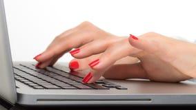 Plan rapproché de la main de femme d'affaires dactylographiant sur le clavier d'ordinateur portable Photographie stock libre de droits