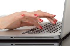 Plan rapproché de la main de femme d'affaires dactylographiant sur le clavier d'ordinateur portable Photos libres de droits