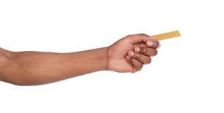 Plan rapproché de la main masculine donnant la carte en plastique images libres de droits