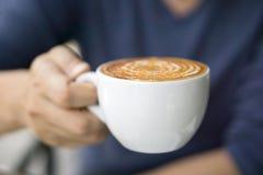 Plan rapproché de la main masculine tenant le café Photos libres de droits