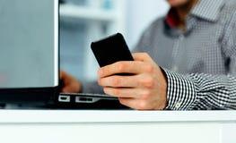 Plan rapproché de la main masculine tenant le smartphone Photo libre de droits