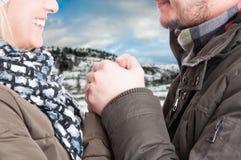 Plan rapproché de la main se tenante masculine d'amie Images libres de droits