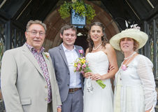 Plan rapproché de la mariée et le marié et ses parents photographie stock libre de droits