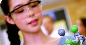 Plan rapproché de la molécule de examen 4k modèle d'écolière clips vidéos