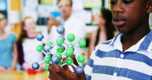 Plan rapproché de la molécule de examen 4k modèle d'écolier clips vidéos