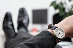 Plan rapproché de la montre de l'homme d'affaires photo stock