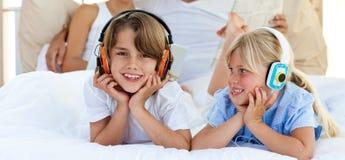 Plan rapproché de la musique de écoute de frère et de soeur Photographie stock