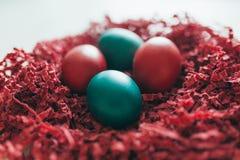 Plan rapproché de la pile des oeufs de pâques colorés de chocolat Image stock