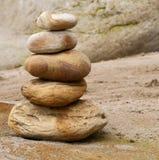 Plan rapproché de la pile en pierre sur la plage sablonneuse Photo libre de droits