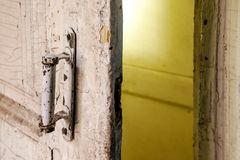 Plan rapproché de la poignée de porte blanche rustique dans la chambre de l'abandone Photo stock