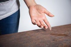 Plan rapproché de la poussière sur le doigt de femme photographie stock