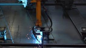 Plan rapproché de la soudure des pièces en métal par la machine de soudure à l'usine scène Grandes robot-soudeuses industrielles  images stock
