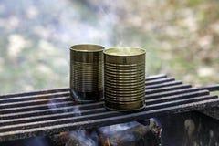 Plan rapproché de la soupe étant faite cuire dans des boîtes au-dessus d'un feu de camp Photos libres de droits