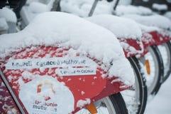 Plan rapproché de la station de vacances de citybike couverte par la neige Photographie stock