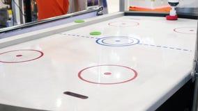 Plan rapproché de la table d'hockey d'air et de la main de la personne jouant avec le robot medias La collection différente de ro banque de vidéos