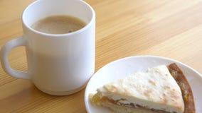 Plan rapproché de la tasse et du plat blancs avec le gâteau au fromage Petit déjeuner de matin avec du café et le gâteau au froma image stock
