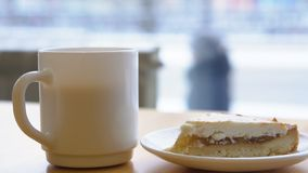Plan rapproché de la tasse et du plat blancs avec le gâteau au fromage Petit déjeuner de matin avec du café et le gâteau au froma photos stock