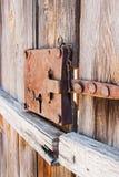 Plan rapproché de la vieille serrure rouillée d'une porte de planche photo libre de droits