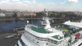 plan rapproché de la vue 4k aérienne de bateau de croisière de plate-forme ouverte, Riga banque de vidéos