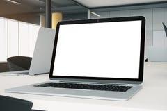 Plan rapproché de lieu de travail avec l'ordinateur portable vide Image libre de droits